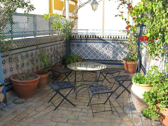 Plaza Santa Cruz Hostel: Terrasse avec table et chaises