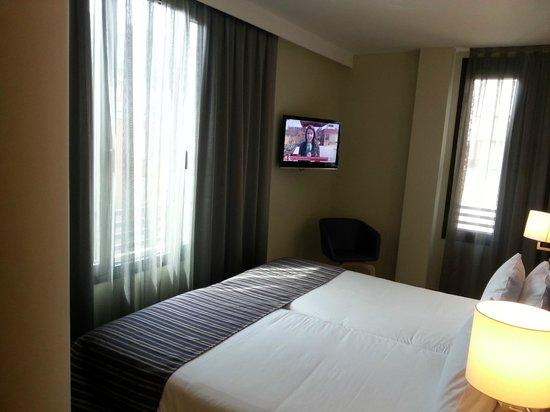 Hotel Exe Moncloa: se entra justo entre la cama y la pared