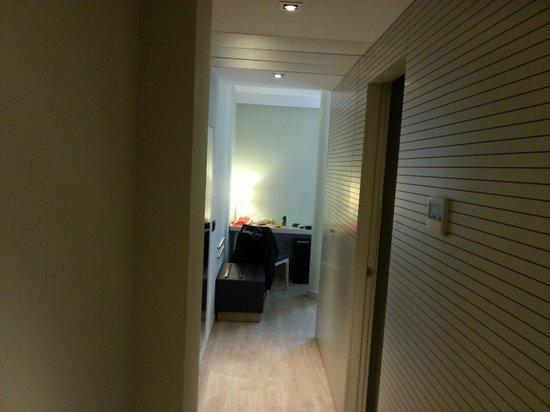 Hotel Exe Moncloa: pasillo de entrada con columna enmedio de la habitacion