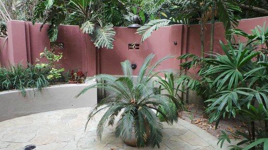 Latitude 10 Beachfront Resort: La salle de bain en pleine nature !