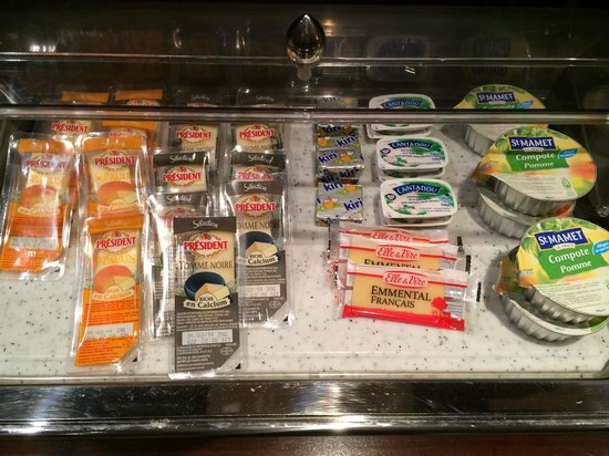 Left Bank Saint Germain: Breakfast buffet of cheeses