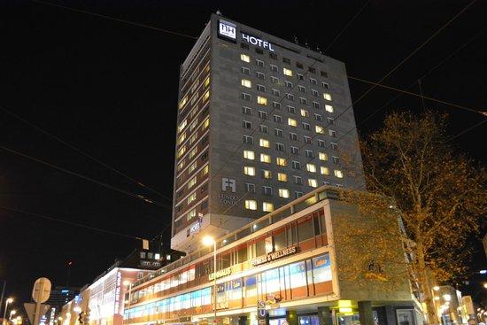 NH Muenchen Deutscher Kaiser: 駅前にどーん