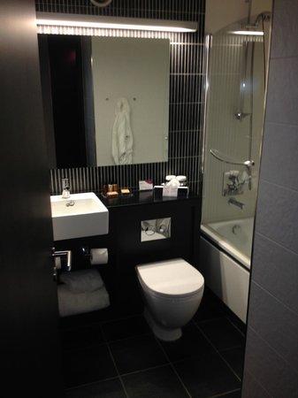 Crowne Plaza Birmingham City Centre: Well stocked bathroom