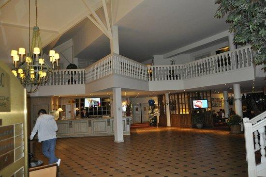 Hôtel du Parc : Le hall d'entrée et son très bel escalier!!