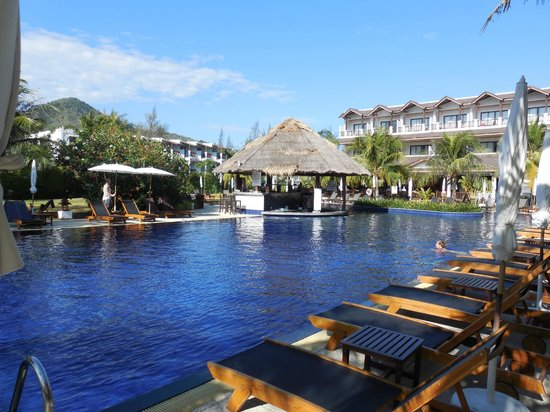 Sunprime Kamala Beach : Piscine avec bar