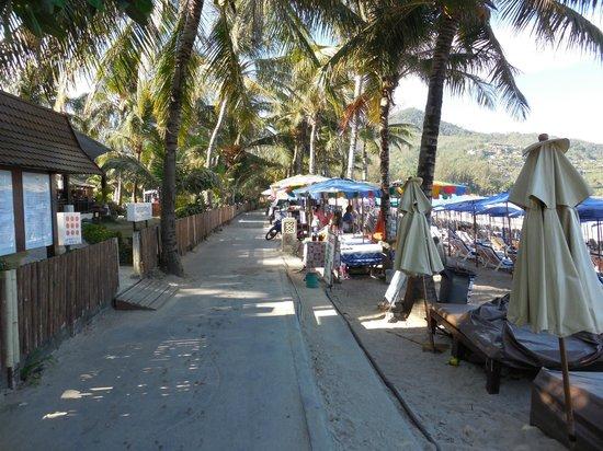 Sunprime Kamala Beach: Sortie de l'hôtel côté plage