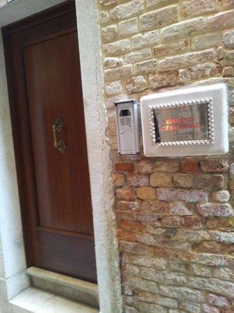 Residenza Ca' San Marco: Front door.