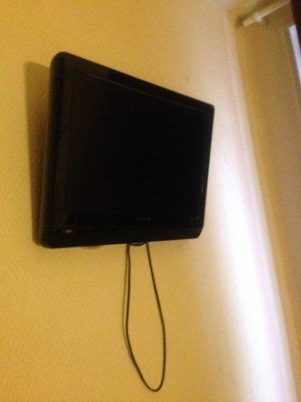 Modern's Hotel : Tv présente mais aucun bouton pour l'allumer et télécommande inutile.