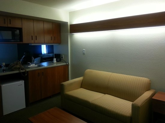 Microtel Inn & Suites by Wyndham Gulf Shores: Living room/sitting area