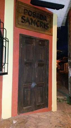 Posada Sancris: La puerta de entrada de noche