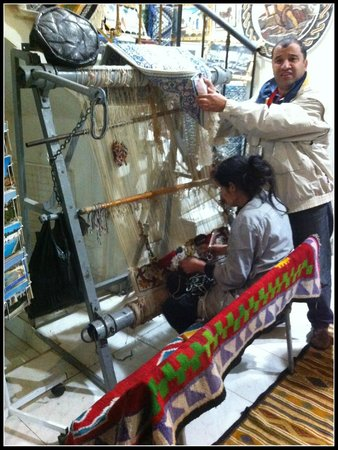 Medina von Tunis: Artesã confeccionando um tapete - Mercado local