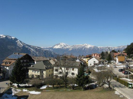 Derby Club Residence e Wellness: Vista panoramica sul paese con il monte Stivo sullo sfondo