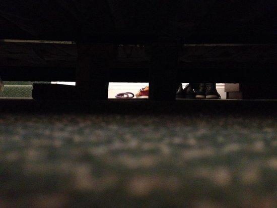 Ambleside Lodge: Blocks of wood holding up broken bed