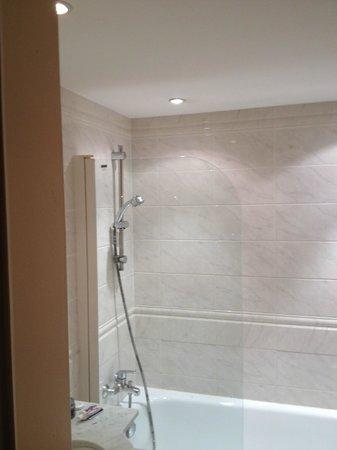 Residence Jean-Sebastien Bach : Risques d'électrocution dans la douche
