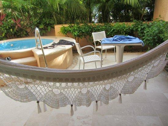 Omni Puerto Aventuras Hotel Beach Resort: Hammock and spa in the backyard. (seaside room)