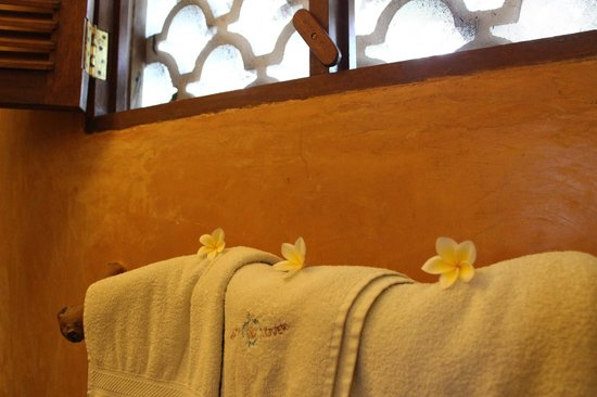 Waterlovers Beach Resort: Lovely Frangipani on the towels in the bathroom