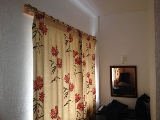 Ambleside Lodge: Horrible curtains and no blackout curtain