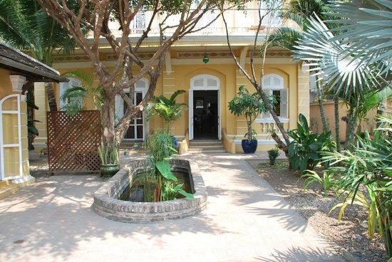 La Villa Battambang: entrée de l'hotel