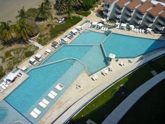 Hotel Las Americas: Zimmeraussicht - auf Pools und Strand