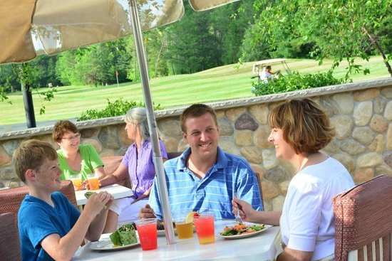 Spring Brook Sports Bar & Grill: Outside dining with a view of the golf course