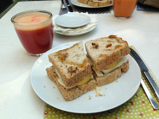 Quintal Bioshop: Fresh juice and sandwich