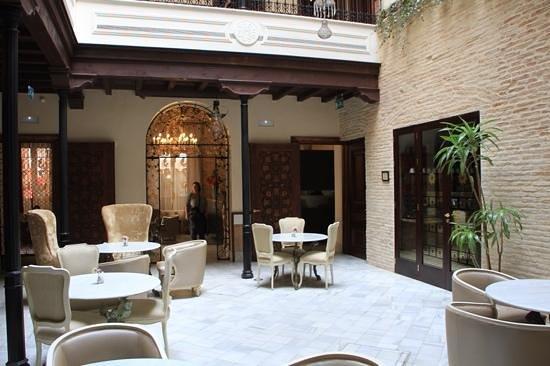 Hotel Casa 1800 Sevilla: Breakfast/tea room adjascent to the foyer.