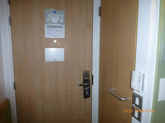 Ibis Budget London Hounslow : main door