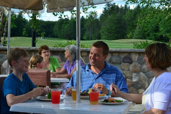 Spring Brook Sports Bar & Grill: Outdoor dining with a view of the golf course