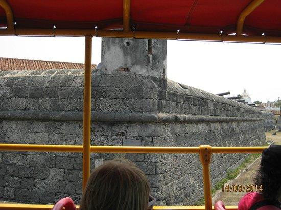 City Sightseeing Cartagena: Otra vista de las murallas desde el bus