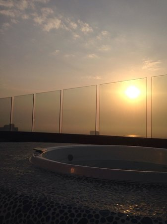 NH Collection Barranquilla Smartsuites Royal : Hot tub at roof deck