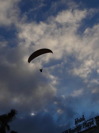H10 Tenerife Playa: Paragliders close to H10