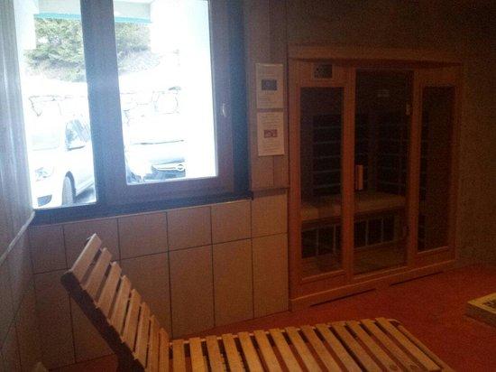 Maeva Résidence Les Combes : Le sauna et la fenêtre. Intimité réduite