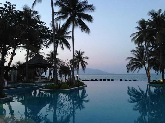Melati Beach Resort & Spa : プール 夕方6時
