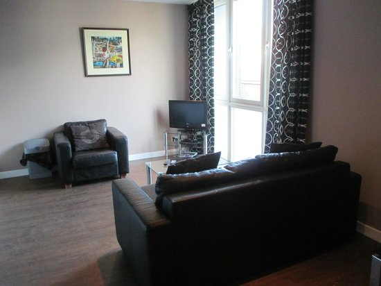Glasgow Central Apartments: Living room