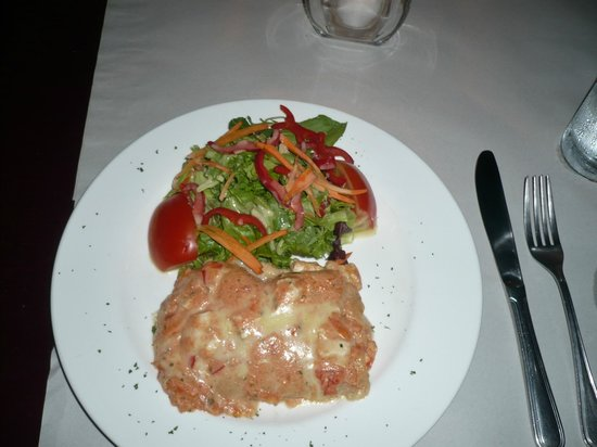 Ola Verde : Chicken lasagna with salad