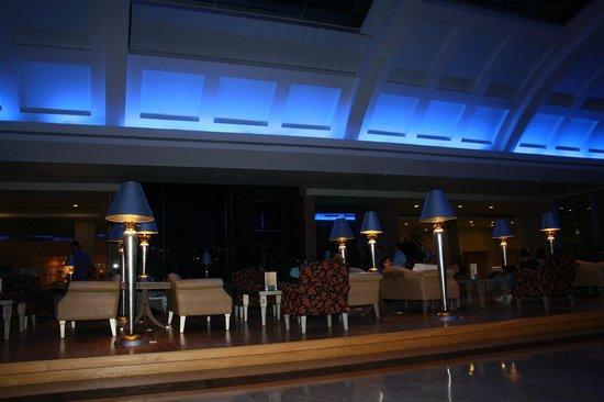 Miracle Resort Hotel: Подсветка в лобби