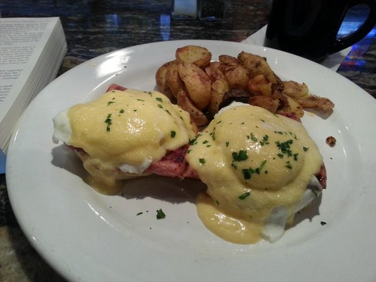 Mimi's Cafe: Eggs Benedict
