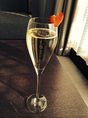 The Langham New York Fifth Avenue : Champers on arrival
