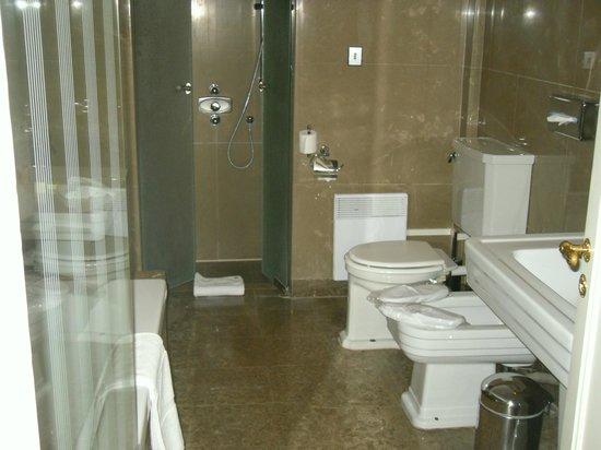 Hôtel Barrière Le Westminster : salle de bain