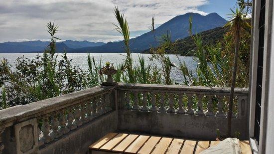 Casa Lobo Bungalows: lakeside view