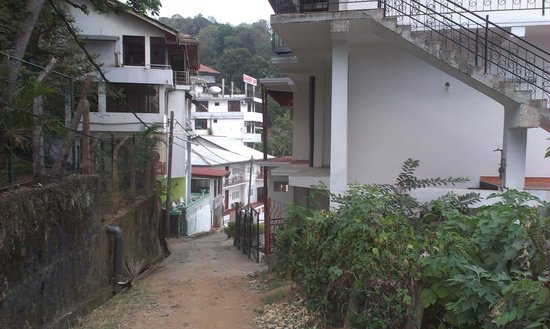 Lakshmi Guest House: Look on the guest house from uphill