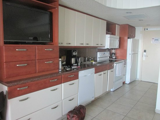 Flamingo Beach Resort: kitchen area