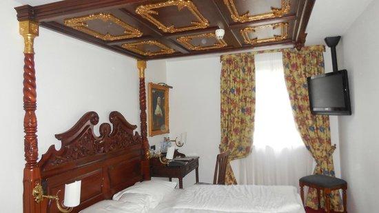 """KING's HOTEL Center: Изюминка отеля - деревянная """"королевская"""" мебель"""