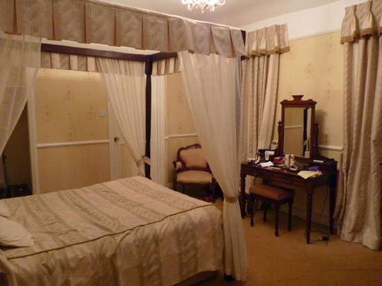 Nent Hall Country House Hotel: Four poster bed