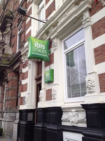 Ibis Styles Amsterdam Amstel: Front side of the hotel with entrance