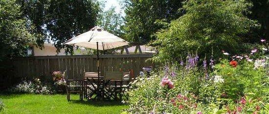 Linda's Inn B&B: A View of the Garden