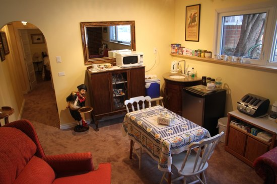 Linda's Inn B&B: Downstairs Common Room