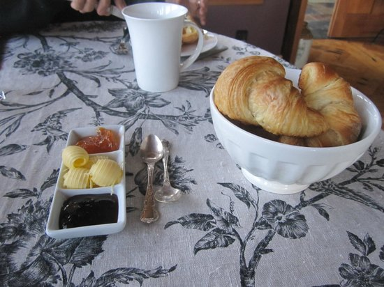 Kokopu Estate: Oh, would you like some hot croissants before your breakfast?