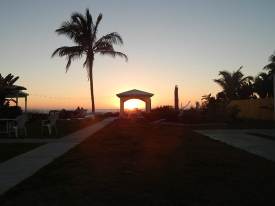 Gulf Sands Beach Resort : SUNSET FROM COURT YARD