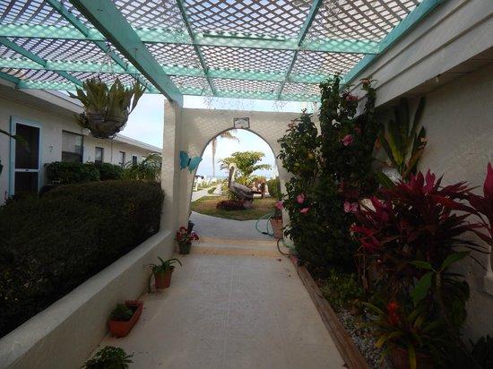 Gulf Sands Beach Resort: ENTERING MOTEL